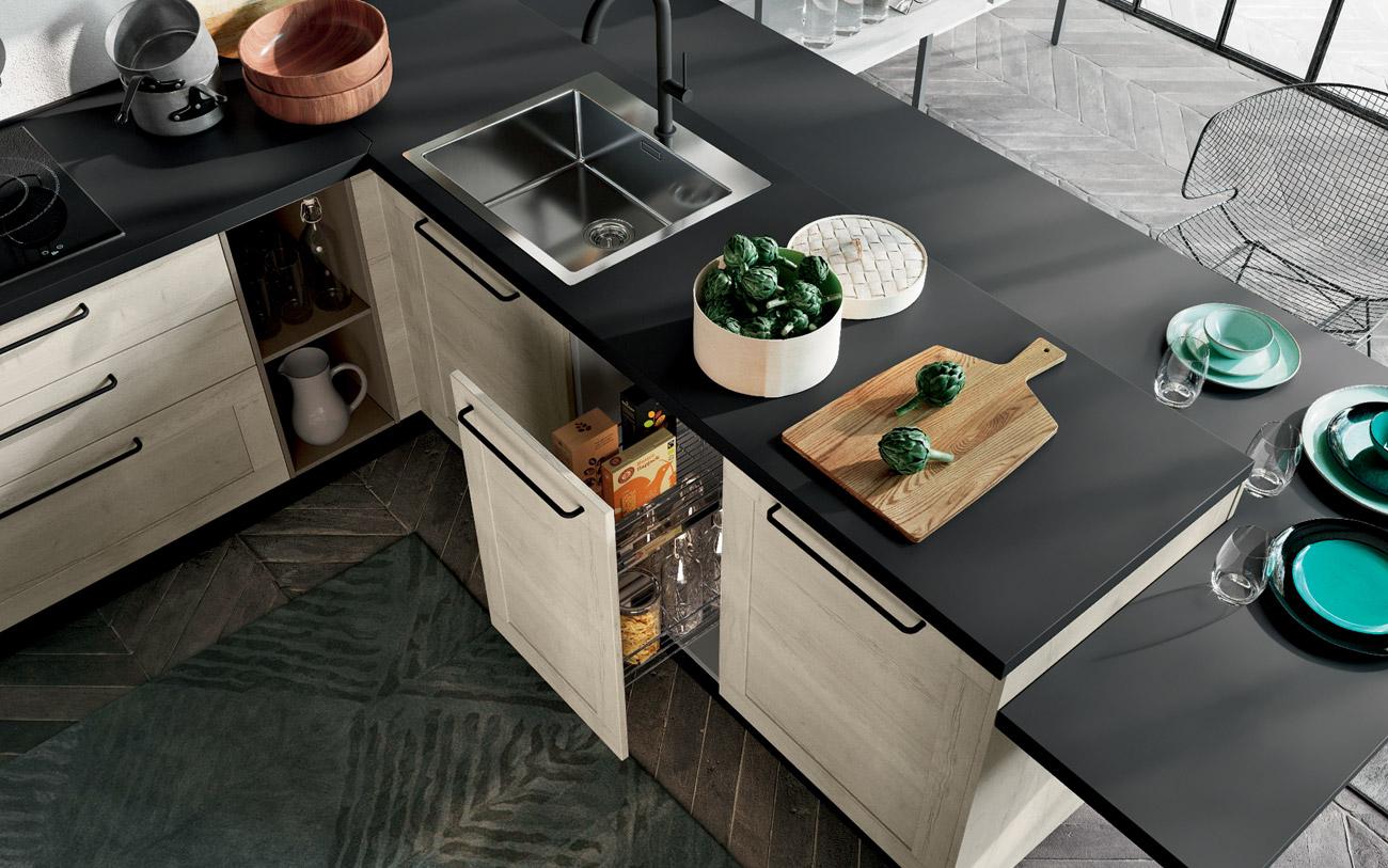 Cucina penisola con basi a estrazione accessoriate