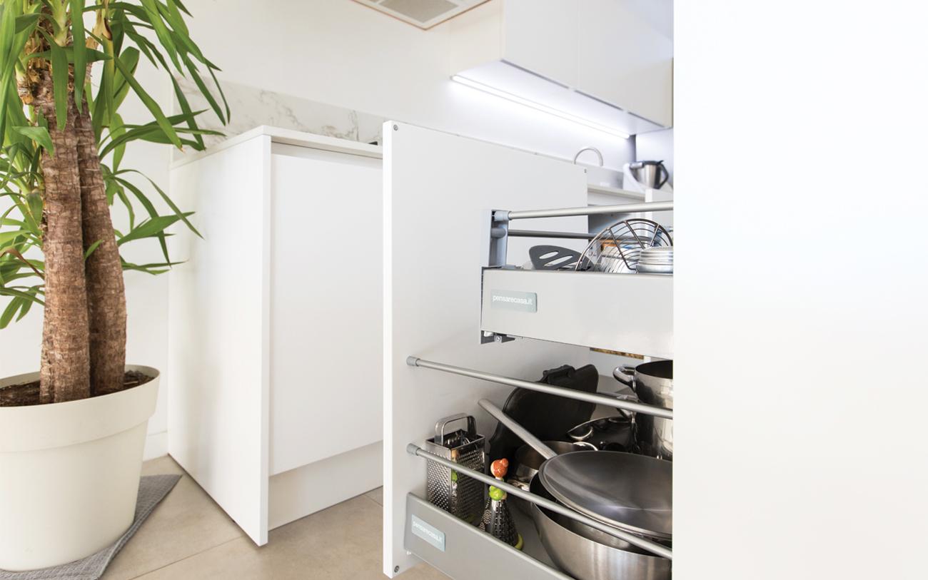 cucina moderna bianca - cestoni estraibili