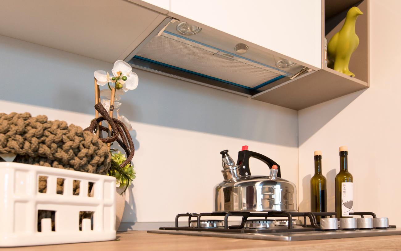 cucina moderna bianca - cappa integrata
