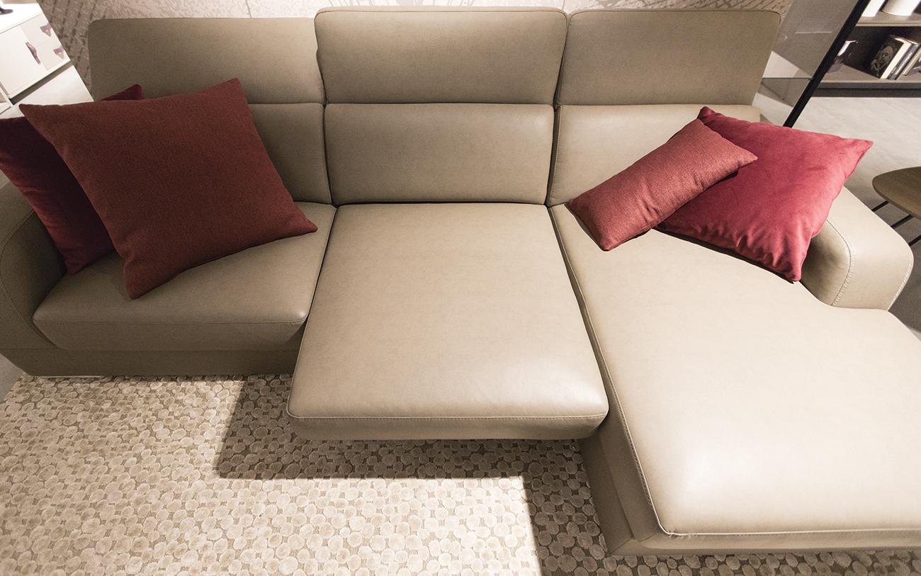 arredare soggiorno piccolo - divano con seduta estraibile
