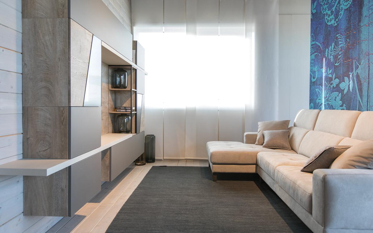 Soggiorno piccolo cinque trucchi per aumentare lo spazio for Arredare parete