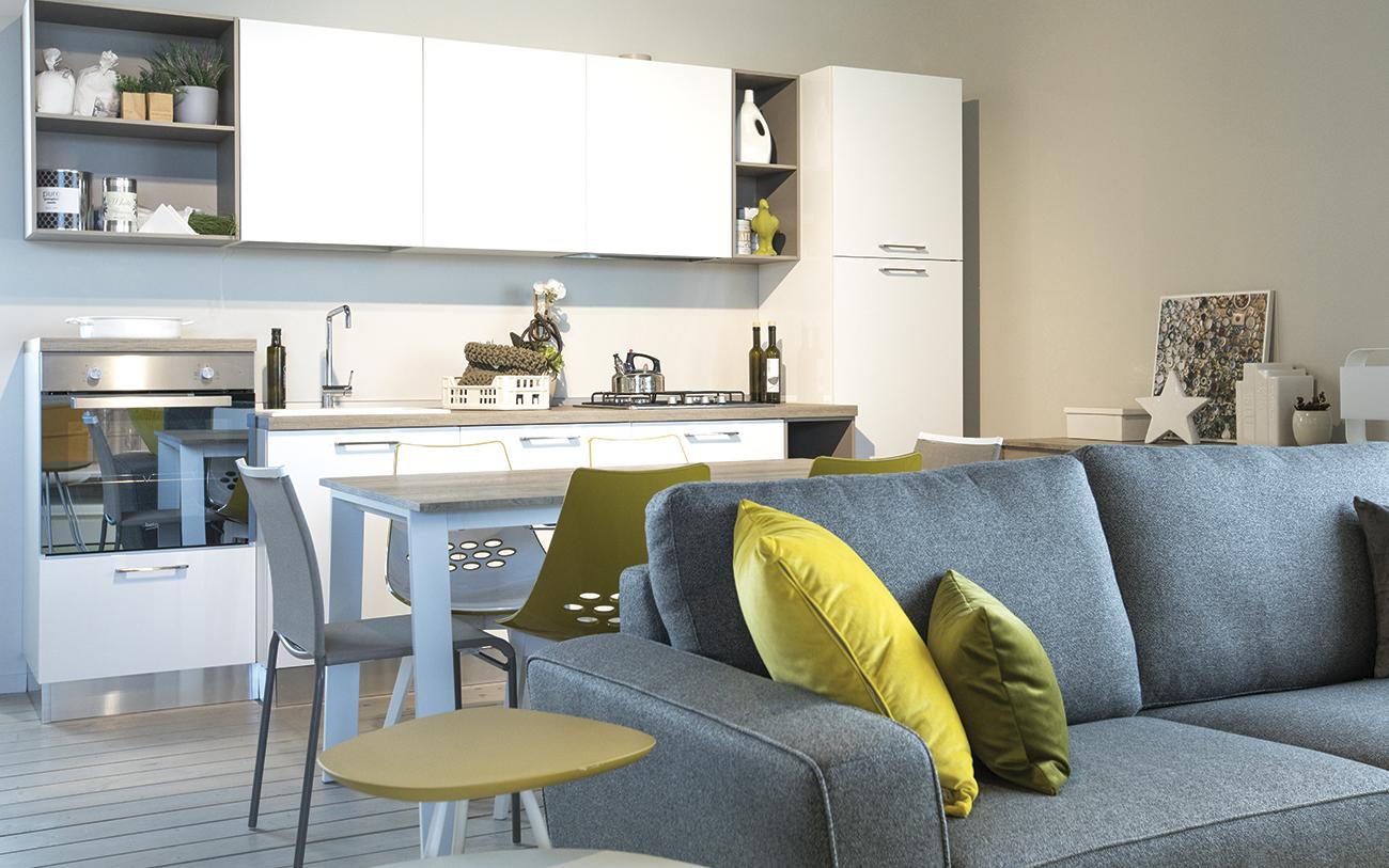 Articolo soggiorno piccolo - divano, tavolo e cucina - Pensarecasa