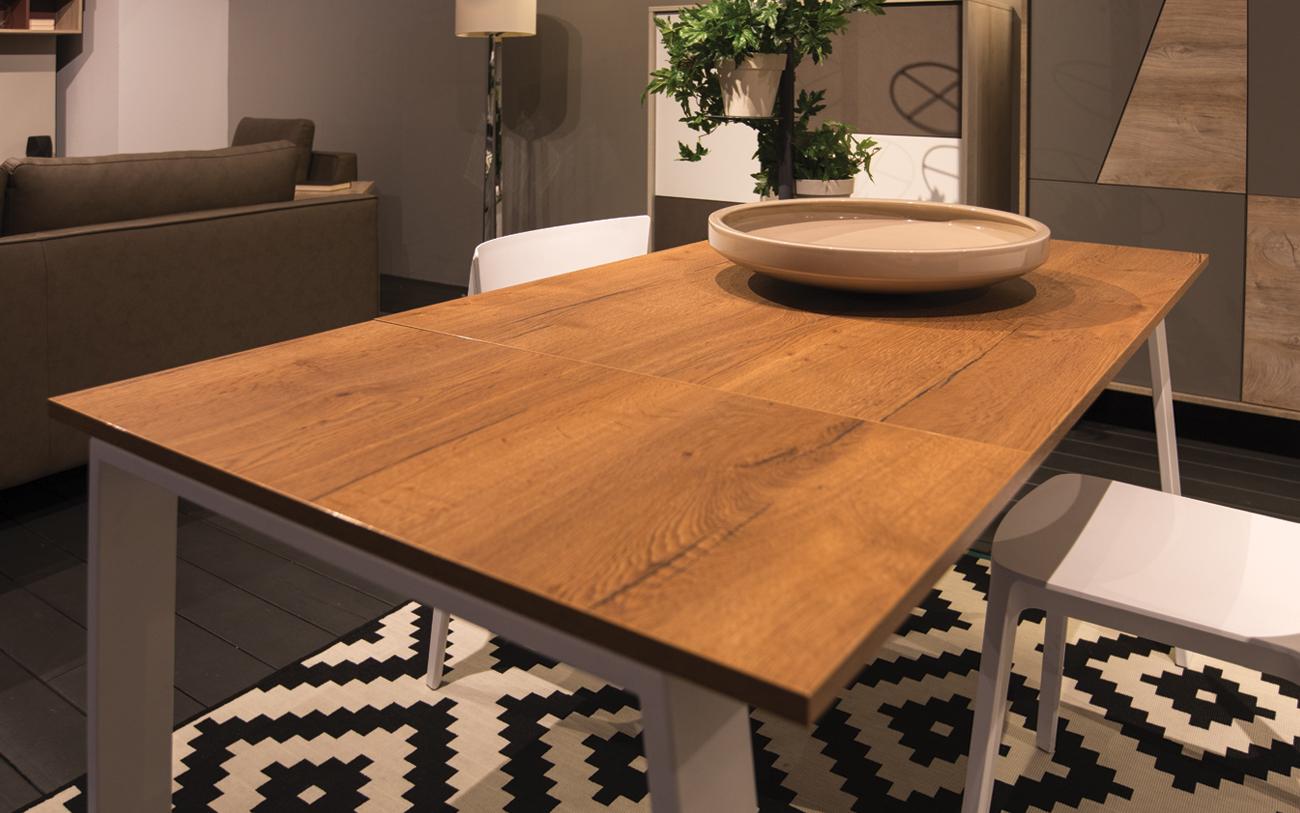 Soggiorno piccolo cinque trucchi per aumentare lo spazio - Tavolo piccolo allungabile ...